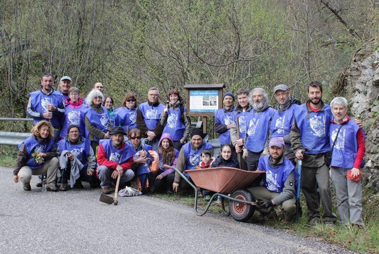 Il gruppo di volontari Lupus di fronte alla bacheca sulla salamandrina ora divelta ed asportata